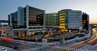 مركز سيدارس سيناي الذي تحشى زينة من دمه الملوث بالإيدز